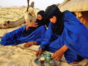 tuareg nel deserto che bevono thè