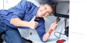 idraulico che lavora